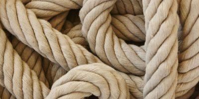 Dickes Seil mit Schlaufen. Meereshintergrund. Horizontal