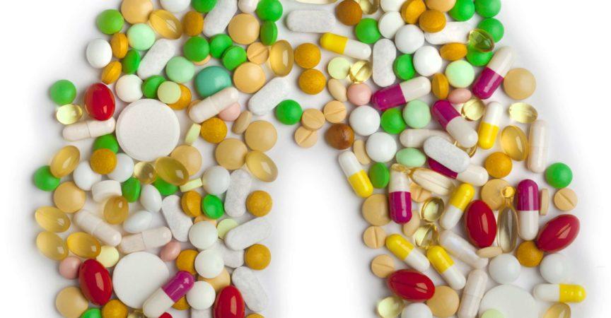 Lunge von Pillen und Kapseln auf weißem Hintergrund