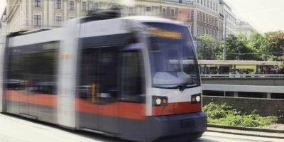 Straßenbahn in Bewegung im Zentrum der zentralen Teile von Wien, Österreich.