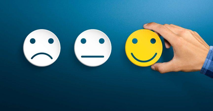 Konzepte zur Bewertung des Kundenservice und zur Zufriedenheitsumfrage. Die Hand des Kunden nahm das glückliche Lächeln auf.