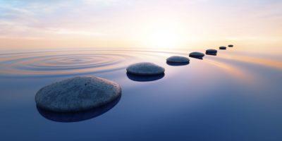 Reihe von Steinen in ruhigem Wasser im weiten Ozeankonzept der Meditation - 3D-Darstellung