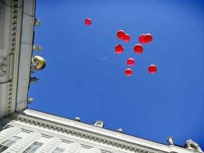 Als Zeichen der Solidarität mit den Betroffenen werden Luftballons in den Himmel gelassen