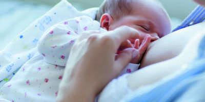 Vorteile des Stillens für Neugeborene. glückliche Mutterschaft. Familienwerte.