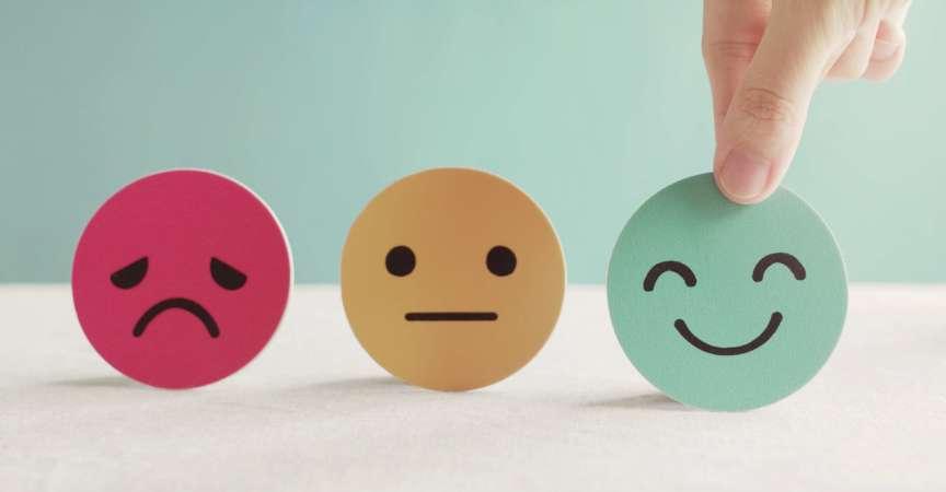 Hand, die grünes glückliches Smiley-Gesichtspapierschnitt, Produkt, Benutzer, Service-Feedback-Bewertung und Kundenbewertung, Erfahrung, Zufriedenheitsumfrage, psychologisches Testkonzept für psychische Gesundheit wählt