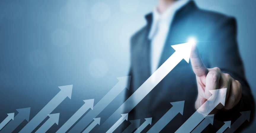 Geschäftsentwicklung zum Erfolg und wachsendes Wachstumskonzept. Geschäftsmann, der das zukünftige Wachstum des Unternehmens mit Pfeildiagramm zeigt