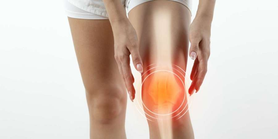 Frau mit Knieschmerzen