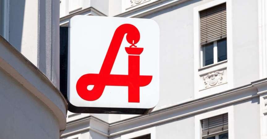 Österreichische Apotheke mit dem traditionellen Apothekenzeichen des Landes.