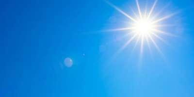 Sommerhintergrund, wunderbarer blauer Himmel mit heller Sonne