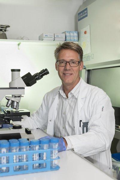 Prof. Adrian Ochsenbein vom Inselspital Bern im onkologischen Forschungslabor.