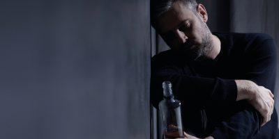 Mann trinkt Alkohol