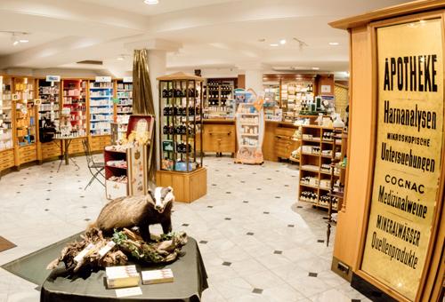 200 Produkte werden in der Apotheke mit k. u. k.-Charme nach alten und neuen Rezepturen angefertigt.