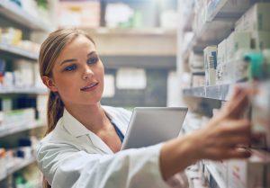 """Nicht alle Arzneimittel sind auch rasch in der Apotheke, wenn sie gebraucht werden. Besonders vor Feiertagen und an Wochenenden heißt es oft """"Bitte warten"""". Betroffen sind vor allem teurere Medikamente, die von den Herstellerfirmen lieber direkt in die Apotheken geliefert werden."""