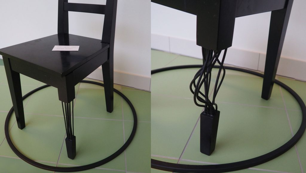 Weiche Gummiseile anstelle von Holz machen eines der Stuhlbeine instabil. Unter Belastung knickt es ein und lässt den, der sich auf den Sessel setzt, zu Boden stürzen.
