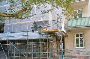 In einem Gemeindebau in der Oberen Augartenstraße, der derzeit neu saniert wird, steht eine 140m2 große Ordi für 1537 Euro zur Vermietung.