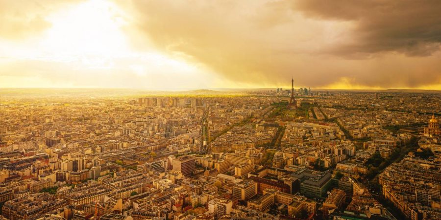 Luftaufnahme von Paris bei Sonnenuntergang mit dramatischen Sturmwolken