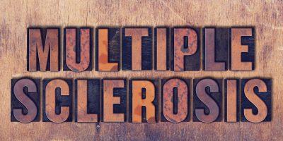 Die Wörter Multiple Sklerose Konzept und Thema geschrieben in Vintage Holz Buchdruck Typ auf einem Grunge Hintergrund.