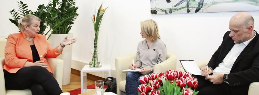 Hartinger-Klein mit Chefredakteur Bruckberger und Tanja Beck vom Schwesterblatt Pharmaceutical Tribune.