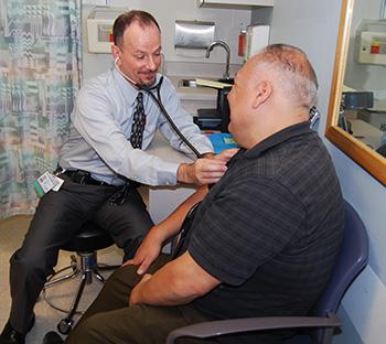 Anthony Jerant untersucht einen Patienten.
