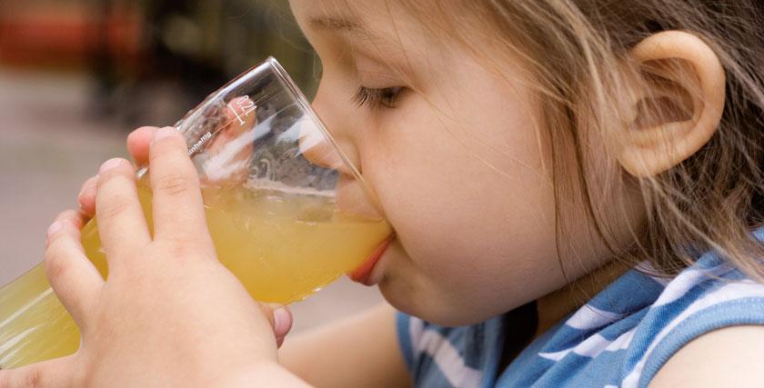 Hoher Apfelsaftkonsum führt bei Kindern mit Fruktosemalabsorption zu Koliken und anderen GI-Beschwerden.