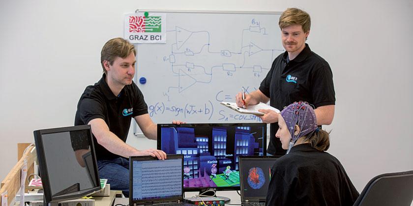 Mitglieder des Brain-Computer-Interface-Teams beim Training.