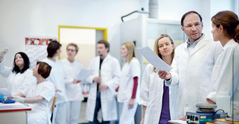 Lion (zweiter von rechts) mit seinen MitarbeiterInnen an der Abteilung für molekulare Mikrobiologie und der LabDia