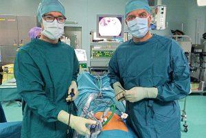 Univ.-Prof. Dr. Reinhard Mittermair FACS, F.E.B.S. (rechts) leitet die Abteilung für Allgemein- und Viszeralchirurgie am Klinikum Klagenfurt am Wörthersee.
