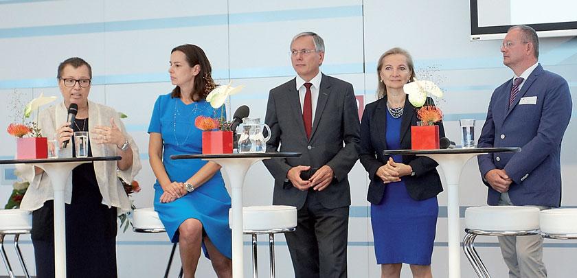 Drei Ministerien, der Hauptverband und der Fonds Gesundes Österreich stehen hinter den Frühen Hilfen: Dr. Sabine Oberhauser, Dr. Sophie Karmasin, Alois Stöger, Mag. Ulrike Rabmer-Koller und Dr. Klaus Robin.