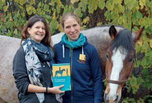 Karin Hediger (li.) und Roswitha Zink (re.) haben kürzlich ein Buch veröffentlicht, in dem sie Einblicke in die pferdegestützte Traumatherapie geben.