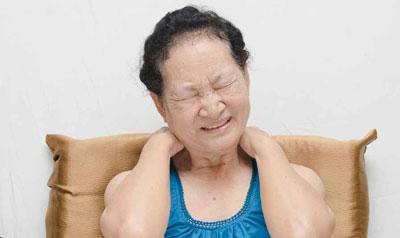 Neu aufgetretene bilaterale Schulterschmerzen bei über 50-Jährigen sind das Leitsymptom der Polymyalgia rheumatica.