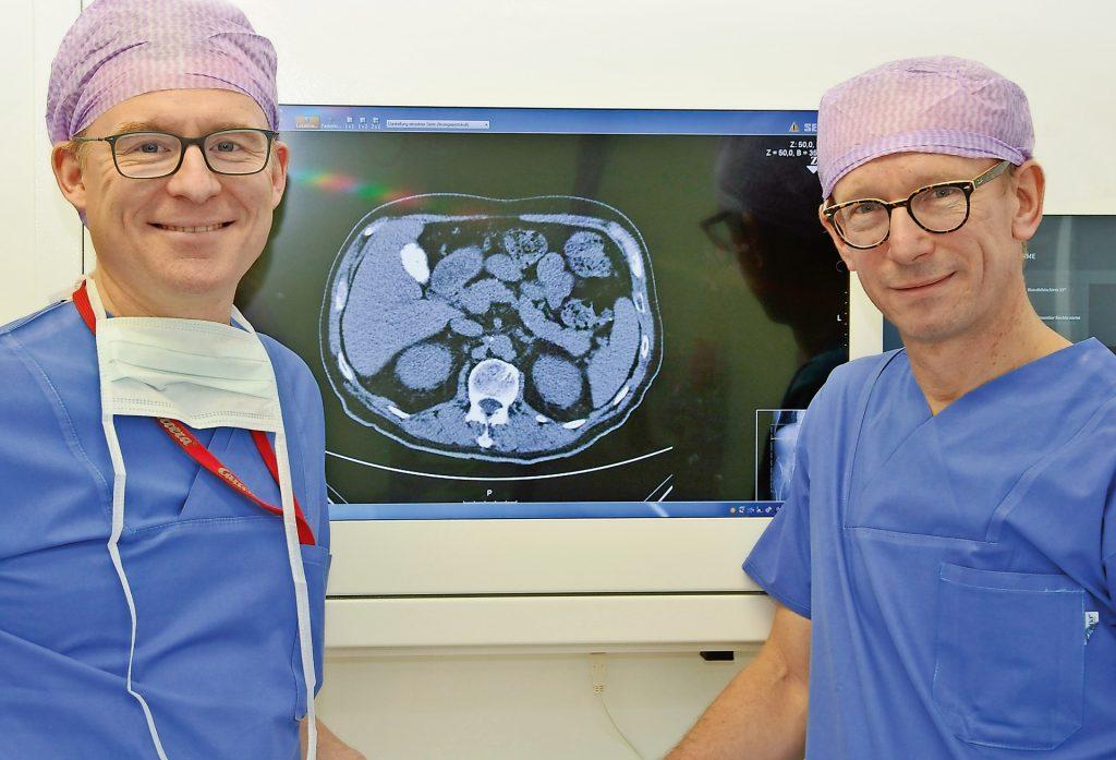 Prim. Univ.-Doz. Dr. Sebastian Roka (links) und Prim. Univ.-Doz. Dr. Eugen Plas