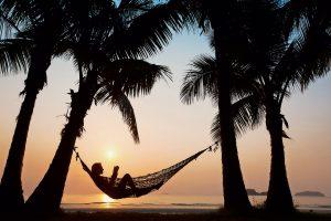 Im Urlaub sollte man entspannen und sich nicht um Aktienkurse und das eigene Portfolio kümmern – das bedeutet im Vorfeld allerdings Arbeit.