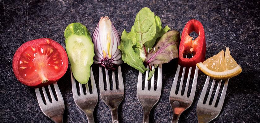 Wer sich vegan ernähren will, muss sich gründlich über diese Ernährungsform infomieren und mehr Zeit für das Kochen investieren.