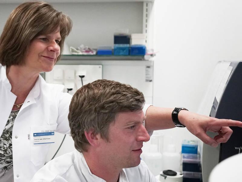 Prof. Ulrike Protzer und Dr. Felix Bohne überprüfen die Blutproben-Ergebnisse von HCV-infizierten Leberempfängern.
