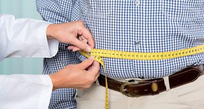 Ein zu großer Taillenumfang ist nicht ungefährlich, doch was man dagegen tun kann, ist die Frage. Denn jede Maßnahme birgt auch ihre Risiken.