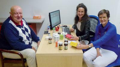 Mag. Martina Anditsch (Mitte) und Dr. Martina Wölfl-Misak (re.) optimieren mit dem Patienten die Therapie.