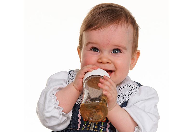 Haushaltsprodukte, Spielzeug, Babyflaschen, Beruhigungssauger: Die Plastikwelt umgibt Kinder vom ersten Lebenstag an.