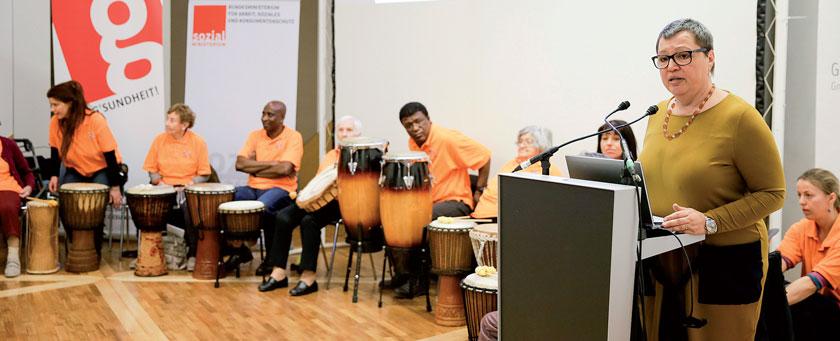 """Passenderweise umrahmte die Trommelgruppe """"LeRhy – TamTam"""" aus Wels musikalisch die Präsentation der Demenzstrategie. Dabei konnten auch etliche Silver-Agers zeigen, was sie drauf haben."""