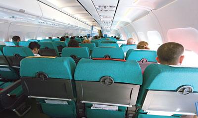 Im Fachmagazin Jama Dermatology wurde eine Meta-Analyse veröffentlicht, die das Melanom-Risiko von Flugpersonal unter die Lupe genommen hatte. Vor allem Piloten setzen nämlich unbedeckte Hautstellen einer erhöhten UV-Strahlung aus, da nicht sämtliche Strahlung durch die Scheiben der Flugzeuge abgeschirmt wird.