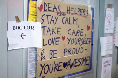 Im Ferry-Dusika-Stadium in Wien schreiben Flüchtlinge an ihre Helfer.