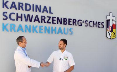 Prof. Bernd Gollackner begrüßt Allgemeinmediziner Dr. Lukas Schett.