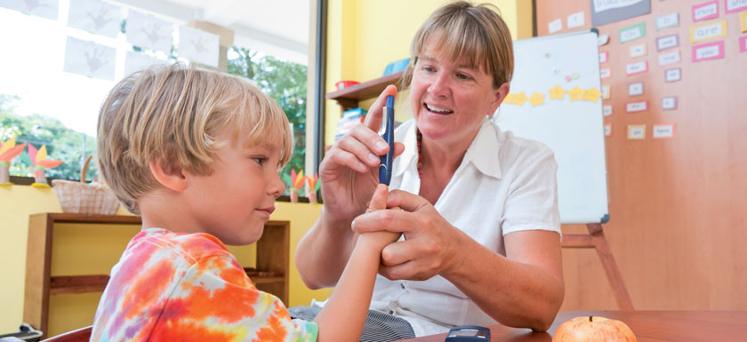 Kinder mit Diabetes benötigen in der Schule Unterstützung beim Blutzuckermessen und beim Essen.