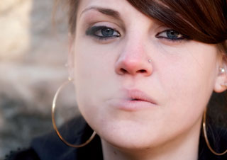 Als schicke Lifestyle-Accessoires könnten E-Zigaretten bei Jugendlichen zu einer Resozialisierung des Rauchens führen, befürchten Experten.