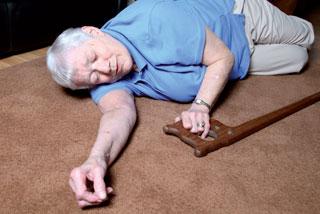 Schon allein wegen der Sturzgefahr stellt häufiger Harndrang in der Nacht eine erhebliche Gefahr dar.