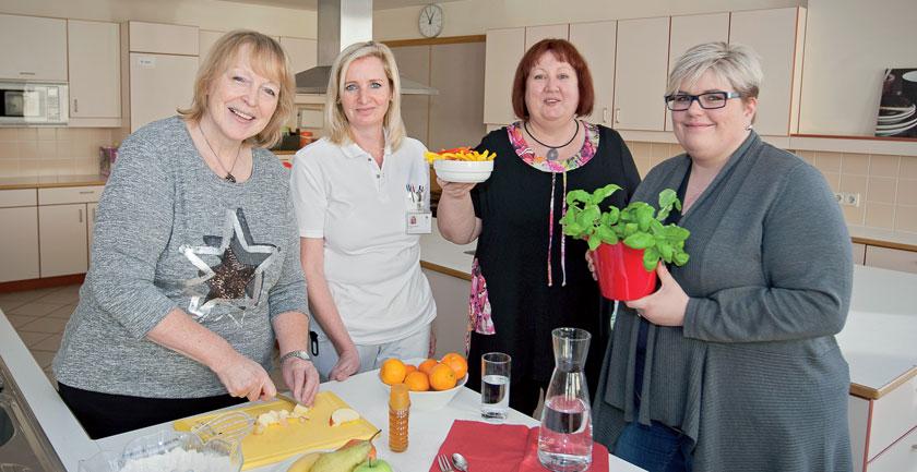 Beim gemeinsamen Kochen bekommen die Teilnehmerinnen neben einer Diätberatung ein eigens entwickeltes Genuss- und Geschmackstraining.