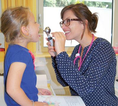 Kinderärztin Dr. Dorothea Reichle arbeitet wie ihre Kollegen sowohl auf der Station als auch in der Kinderordination am BKH Reutte.