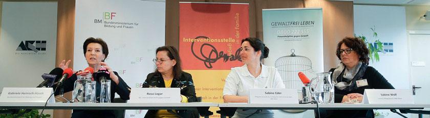 Ministerin Gabriele Heinisch-Hosek, Rosa Logar, Sabine Eder und Sabine Wolf (v.l.n.r.) stellten den Leitfaden vor.