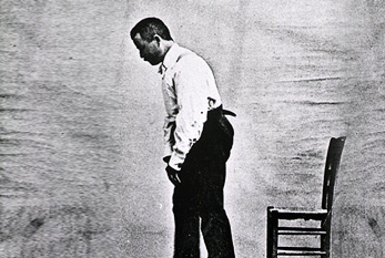 Ein männlicher Parkinson-Patient mit Muskel- bzw. Bewegungsstarre. Urheber: Albert Londe, Lizenz: public domain